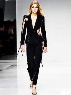 Der wohl sexieste Business-Suit ever: Gigi Hadid in Atelier Versace bei der Haute Couture Woche in Paris.