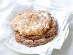 Jos leipä on loppunut, pyöräytä nopeat, maukkaat teeleivät! Rahka antaa teeleiville helposti hyvää makua sekä mehevyyttä. Leivinjauheella kohotettu leivonnainen on parhaimmillaan samana päivänä. Ohjeen lopussa vinkkejä, kuinka voit helposti maustaa teeleivät tilanteen mukaan.