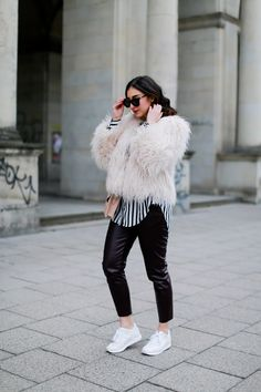 River Island Leather Jogging Pants Look Zara Fake Fur Jacket Asics Gel Lyte III white women girl blog Germany Outfit Streetstyle Berlin Samieze Spring Frühlingslook