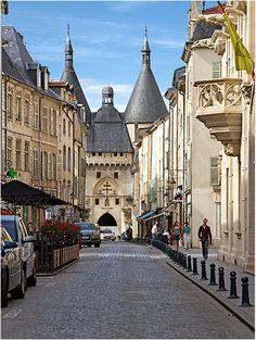 ruelles de Nancy :  La Grande-Rue et la Porte de la Craffe