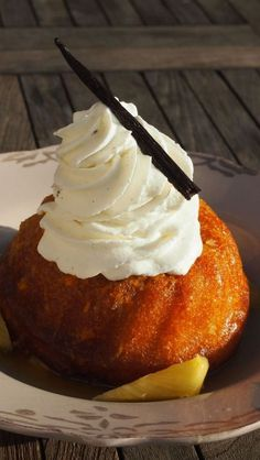 Baba au rhum mmmmmm that is a long time ago since I have had one of those darlings Rum Recipes, Vegan Dessert Recipes, Fun Desserts, Sweet Recipes, Delicious Desserts, Ferrero Rocher, Les Babas, Alcoholic Desserts, Canadian Food