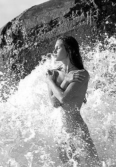 Hoy el mar está más fuerte, varonil, provocador que nunca, se mira en el espejo de la luna y un manto de estrellas lo cubren para que sus aguas absorban su calor y su luz. Saben que esta noche, es la noche en que yo dejaré acariciar mis pequeños pies por las juguetonas cosquillas de la arena y mis risas acompañaran sus gemidos y nuestros sonidos se escucharan al otro lado del universo; nuestro propio universo. Necesito tomar un baño de amor, de sensaciones, de caricias, de ternura, de…