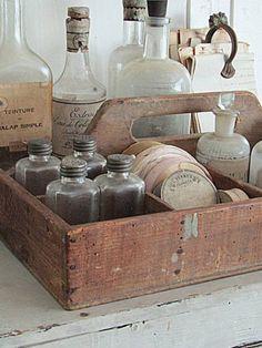 Mallejet.nl Shabby Vintage, Vintage Decor, Rustic Decor, Antique Booth Ideas, Antique Boxes, Diy Wooden Crate, Wooden Crates, Vintage Shop Display, Old Crocks