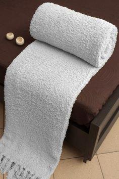 Sivá deka Szet je dostupná v 4 rozmeroch: 70x150, 150x200, 170x210 alebo 220x240 cm.