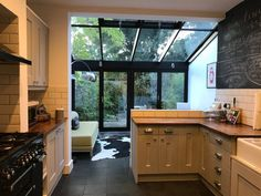 Double-room overlooking garden Victorian terrace ‹ SpareRoom – Home Renovation Kitchen Extension Victorian Terrace, Victorian Terrace Interior, Kitchen Diner Extension, Victorian Kitchen, Victorian House, Conservatory Dining Room, Log Home Kitchens, Open Plan Kitchen Living Room, Kitchen Dining