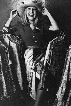 """""""Ser vítima da moda é querer ser essa mulher que todo mundo quer, mas que você não é. O lance seria você ir na contramão, seria você ser você mesma"""", Regina Guerreiro na Tpm 121"""
