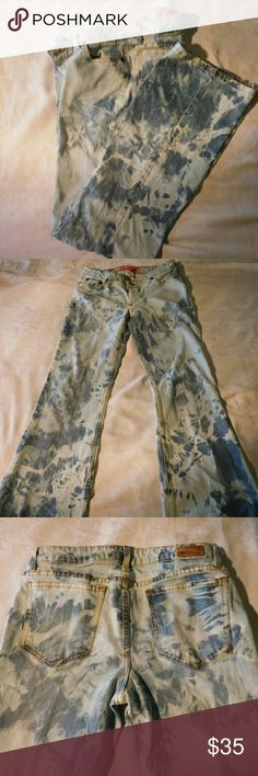 "Mossissue light wash tie dye skinny flare 6 A soft yet striking tie dye, def one of a kind. Only flaw is fraying at the hem. A work of art! Pair this with the red Max Edition blouse and girl, you got it goin' on!! 98% cotton and 2% spandex. Waist (hip) 29, front rise 7"", inseam 32"" Grab these quickly as they won't last long! Mossissue      Jeans Flare & Wide Leg"