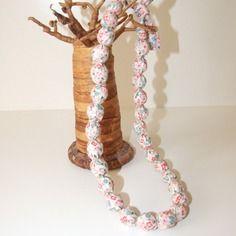 Collier en tissu imprimé fleurs rose pale, fuchsia et bleu
