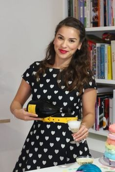 Love the black and white with yellow! Rachel Khoo, Vintage Housewife, Food Shows, New York Style, Nice Clothes, Weight Loss Inspiration, Ava, Style Icons, Cool Outfits