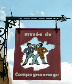 Le musée du Compagnonnage Enseigne dumusée du Compagnonnage à Tours, rue Nationale.