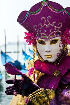 El Carnaval de Venecia es una de las fiestas más coloridas del mundo. Un espectáculo que ver en tus viajes a Italia. Los venecianos se atavían con espectaculares trajes de gala de los siglos XVII ó XVIII y, por supuesto, con las típicas máscaras que se han convertido en todo un símbolo de la ciudad.