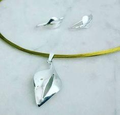 Conjunto de pendientes y colgante en forma de hoja realizado a mano en plata de ley