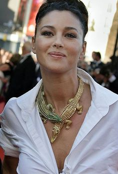 Famous jewellery - Monica Bellucci wearing the Cartier Croc necklace originally commissioned by Maria Felix. Monica Bellucci, Most Beautiful Women, Beautiful People, Corpo Sexy, Actrices Sexy, Italian Actress, Mexican Actress, Schmuck Design, Girls Best Friend