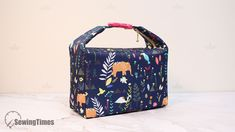 DIY INSULATED LUNCH BAG This lunch bag is perfect for carrying food & drinks to school, work, and day trips. This lunch tote features . Sac Lunch, Lunch Tote Bag, Lunch Box, Belt Pouch, Pouch Bag, Zipper Pouch, Cute Makeup Bags, Diy Makeup, Shoe Bags For Travel