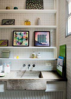 """BANHEIRO - """"Compartilhado por dois irmãos, o banheiro tinha objetos pequenos a serem organizados. O projeto da arquiteta Kika Camasmie partiu de um requadro na parede. Ali, foram embutidas prateleiras laqueadas com apoios nas laterais."""" - do site revista Casa&Jardim - (Foto: Marcelo Magnani/Editora Globo)"""