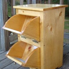 Build a DIY Corner Vegetable Storage Bin. Do you find it really beautiful? Please comment your opinion under this article! Vegetable Storage Bin, Vegetable Boxes, Diy Home Furniture, Space Saving Furniture, Woodworking Projects Diy, Woodworking Plans, Easy Garage Storage, Trash Can Cabinet, Vinyl Record Storage