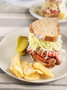Recette de Ricardo de Sandwichs au rôti de boeuf, à la salade de chou et au raifort.