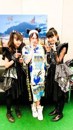 Babymetal members with Billie Eilish Billie Eilish, Pretty Little Liars, Poster Anime, Doki, Moa Kikuchi, Estilo Lolita, Aesthetic Japan, Kawaii, Metal Girl