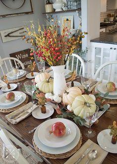Farmhouse tablescape ideas for fall Fall Table Settings, Thanksgiving Table Settings, Easy Christmas Decorations, Holiday Decorating, Thanksgiving Decorations, Thanksgiving Recipes, Decorating Ideas, Mason Jar Centerpieces, Painted Mason Jars