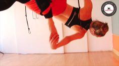Este vídeo es sobre Aeroyoga & Aeropilates    1 BENEFICIOS DEL AEROYOGA    A nivel físico  Tonifica la musculatura, en particular la cardiaca que ayuda a ralentizar el ritmo.  Crecimiento, estiramiento y redefinición de la cintura.  Mejora el estado de las articulaciones.  Ayuda a combatir la descalcificación ósea.  Ayuda a combatir la retención de líquidos y la celulitis, porque tiene efecto drenante.  Ayuda a combatir el dolor de espalda, es como un masaje para la medula espinal.  Favorece…