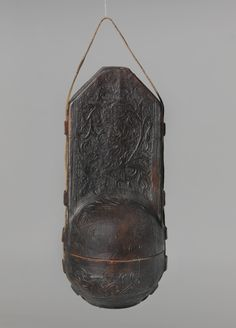 Case for an orb (sheath of leather), 1457 or 1497, material: wood core, covered with schnittverziertem and tooled leather, lined in red leather and red paper; Dimensions: H. 28.5 cm; diam 11.0 cm