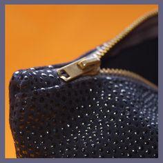 Magnifico bolso de cuero, ideal para cualquier ocasión.  Es de color azul marino y tiene un relieve a modo de lunares de un azul mas claro. Como cierre tiene cremallera metálica de un azul grisaceo. No dispone de bolsillo interior. Tiene un enganche en uno de los extremos. El bolso tiene unas medidas de 28 x 19 cm. Leather Clutch, Leather Purses, Leather Handbags, Bagan, Blue Clutch, Clutch Bag, Vestidos Color Azul, Zip Around Wallet, Style Inspiration