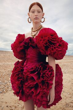 """Alexander McQueen """"A corset dress in fans of hand-draped pink and black dégradé pleated paper taffeta. From the Spring/Summer 2020 pre-collection. Couture Fashion, Runway Fashion, Fashion Art, Fashion Models, Couture Dresses, Fashion Dresses, Chef D Oeuvre, Student Fashion, Fashion Designer"""