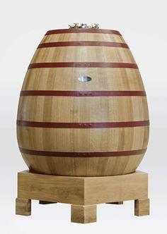 Le Tonnelier charentais Taransaud dévoilait en exclusivité au salon Vinitech son foudre Ovoïde : « OVUM »… Cet «œuf» en bois capable d'accueillir jusqu'à 20 hectolitres de vin a été façonné dans le plus grand secret par les Meilleurs Ouvriers de France de l'équipe Taransaud.