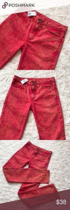 "NWT AMERICAN APPAREL women's Slim Slack Jeans 26 New with Tags American Apparel women's Mineral Wash stretch Bull Denim Slim Slack Poppy Jeans.   Size: 26 Inseam: 32""   Thank you 😊 American Apparel Jeans"