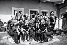 """Der wohltätige Friseur-Klub """"Barber Angels"""" schnitt Sonntag in Klagenfurt Bedürftigen kostenlos die Haare und stutzten Bärte. Ich durfte mit der Kamera dab Klagenfurt, Fictional Characters, Sunday, Hairdresser, Camera, Fantasy Characters"""