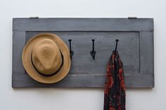 HAT RACK IDEAS - We are always making hard efforts to make you people meet with cheap and cost free DIY plans and projects which are also easy so that you c Old Cabinet Doors, Old Doors, Recycling, Diy Recycle, Diy Placards, Porta Diy, Diy Hat Rack, Hat Racks, Furniture Makeover
