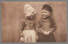 Jan vertelt een grap. John telling a Joke. 1905-1920 Portret van twee Volendammer kinderen (Grietje en Jan) in dracht. #NoordHolland #Volendam