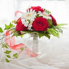 red rose wedding flower by (c) radmila kerl wedding photography munich  Rot weißer Brautstrauß mit Efeuranken von (c) Radmila Kerl Hochzeitsfotografie München