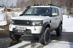 We're sure you'll agree that this #LR4 looks magnificent standing proud in the snow. Source: Will Church #landrover #discovery4 #LR4 #landroverphotoalbum #4x4 #snow