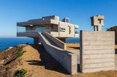 Gubbins Arquitectos, studio d'architecture chilien, vient de terminer la réalisation de cette sublime résidence baptisée « The Mirador House » sur le littoral de Cachagua au Chili.  Erigée face à la mer sur une falaise, cette maison-sculpture en béton s'imprègne du paysage magnifique et sauvage. Toute son architecture est dédiée aux différentes vues sur l'océan et aussi sur la campagne. Les architectes disent s'être inspirés de la mythique Villa Savoye à Poissy, conçue par Le Corbusier...