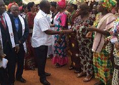 L'Apôtre René Kpan saluant les fidèles de l'EERI lors de la cérémonie .