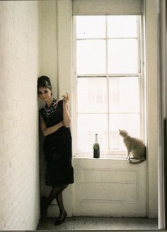 """Audrey Hepburn as 'Holly Golightly' and Orangey as 'Cat' in a publicity still for """"Breakfast at Tiffany's"""", 1961 ~ Howell Conant Classic Hollywood, Old Hollywood, Fashion Fotografie, Audrey Hepburn Style, Aubrey Hepburn, Holly Golightly, Breakfast At Tiffanys, Cat People, Cat Lady"""