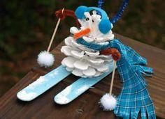 Bonhomme de neige en pomme de pin et ski en batons de glace