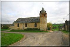 Houry - Aisne -L'église ne ressemble à aucune autre. Son architecture semble intemporelle, sa faible hauteur pourrait la faire ressembler à une chapelle, son clocher rond décalé semble pacifique.  Pourtant, cette église a protégé les habitants durant les guerres de religion.