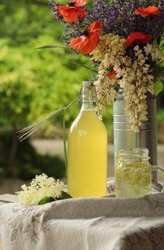 Ahojte.    Jej omamnú vôňu nemožno nezacítiť, jej krásne kvety jednoducho neprehliadnúť, ale najväčší a najsladší pôžitok z nej máme počas letných dní. Vo forme bazovej limonády :-)... Cocktail Drinks, Cocktails, Table Decorations, Home Decor, Syrup, Craft Cocktails, Decoration Home, Room Decor, Cocktail
