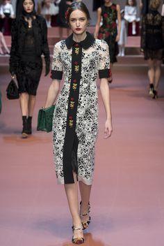 Robe mi longue en dentelle blanche et col et boutonnière noire de Dolce & Gabbana