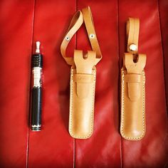 床革で作った量産型vapeケースのサンプル リーズナブルな価格で出せるようにした簡易バージョンです 1番右のシングルベルトのタイプが標準仕様になりました (b'Д')b #Chickys#handmade#leather#leathercraft#leathergoods#vape#vapecase#vapeon#ハンドメイド#手縫い#レザー#レザークラフト#vapeケース#量産型#サンプル by cobra.the.craftman #tailrs