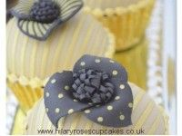 Cupcakes avec pochoirs Fleurs de tissus 3-D réalisés par Hilary Roses Cupcakes