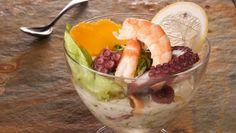 Bruno Oteiza prepara un cocktail tropical de marisco con langostinos, pulpo, mejillones y vieira acompañados de piña y mango. Una receta servida en copa y decorada con salsa casera de yogur.