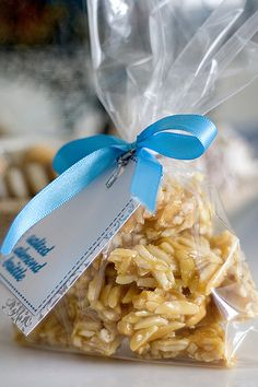 How delicious and cute is this?! It would be such a fun neighbor gift for Christmas!