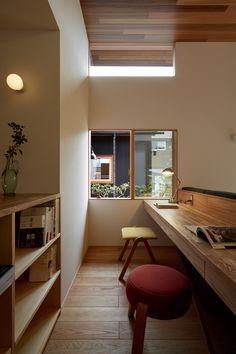 きのまの家|岡山の注文住宅さほらぼ by 佐保建設 in 2019 Workspace Design, Home Office Design, Flat Interior, Interior Design Kitchen, Social Housing Architecture, Interior Architecture, Minimal House Design, Minimal Home, Office Under Stairs