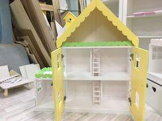 Купить или заказать Кукольный домик-стеллаж апартаменты на 6 комнат в интернет магазине на Ярмарке Мастеров. С доставкой по России и СНГ. Срок изготовления: 2-3 недели. Материалы: мдф, акриловые краски. Размер: 120х110х33см