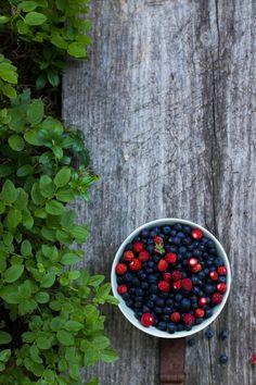 Mini Almond Pavlovas with Forest Berries | My Blue&White Kitchen