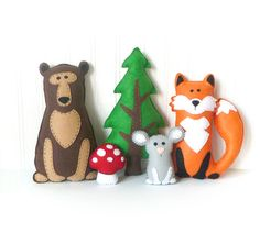 This listing is for patterns and instructions to sew by hand three felt woodland animals (fox, bear and mouse) as well as a pine tree and