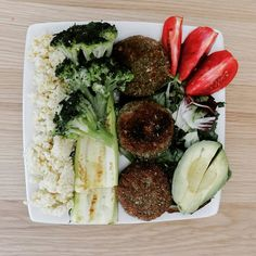 in love with these vegetarian mini burgers! Diet Recipes, Healthy Recipes, Mini Burgers, Eating Disorder Recovery, Cobb Salad, Food And Drink, Veggies, Healthy Eating, Vegetarian